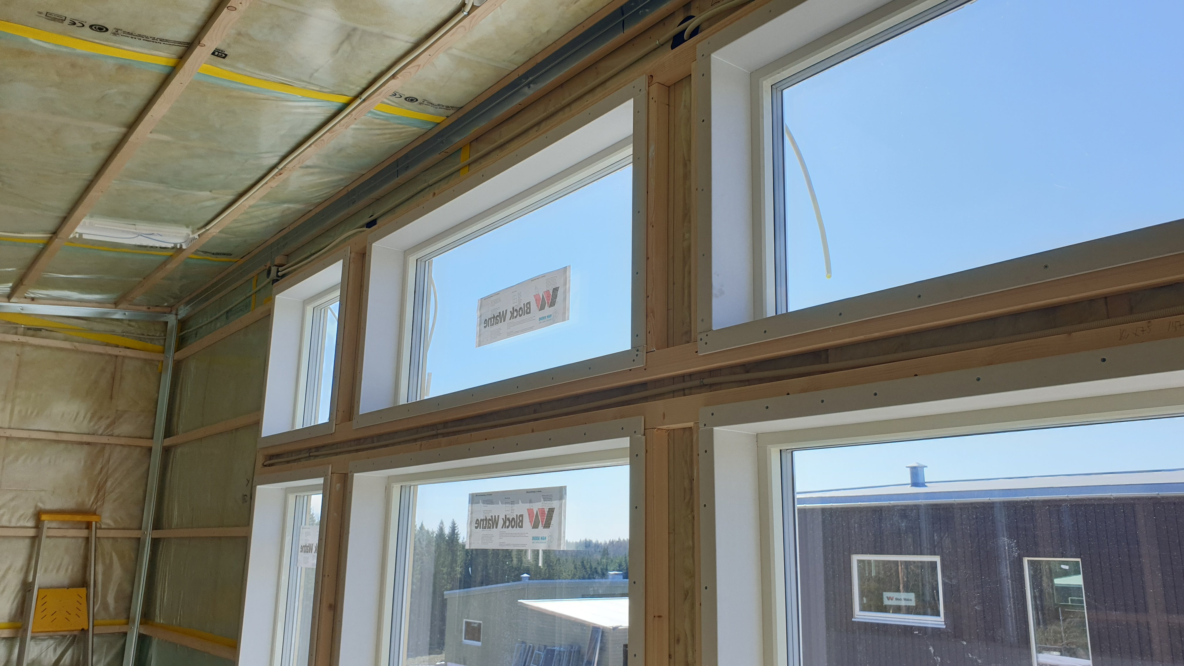 Smyplater montert i vindusspor